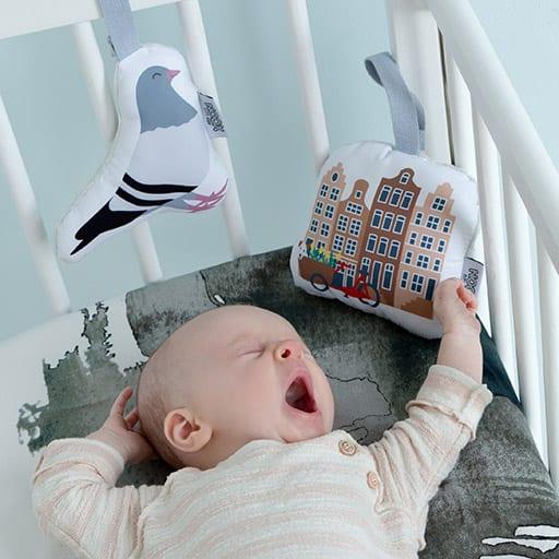 Baby met Soft Toy Duif en Soft Toy Grachtenpandjes | NOOX City Kids