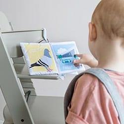 Kindje leest in zacht babyboekje Rotterdam met duif en station | NOOX City Kids