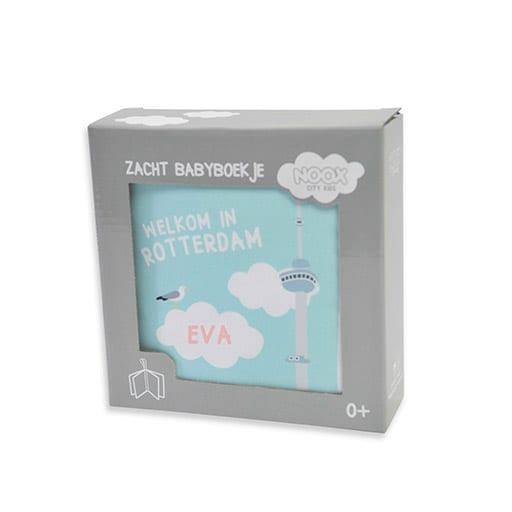 Kraamcadeau met naam: Voorbeeld drukken naam baby Eva in roze op het zachte babyboekje | Originele Kraamcadeaus NOOX City Kids