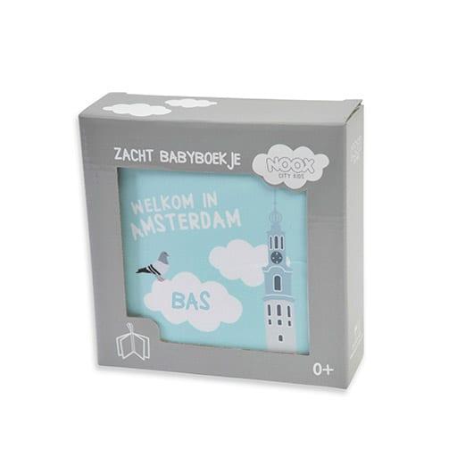 Kraamcadeau met naam: Voorbeeld drukken naam baby Bas in blauw op het zachte babyboekje | Originele Kraamcadeaus NOOX City Kids