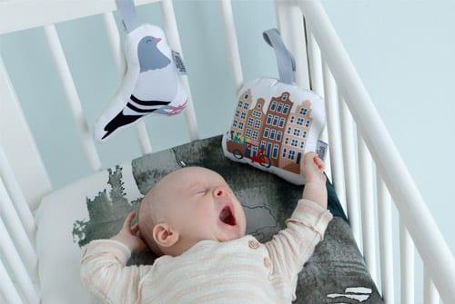 Baby met Soft Toy Duif en Soft Toy Grachtenpandjes | Babyspeelgoed NOOX City Kids