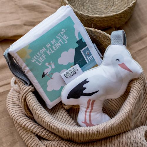 Zacht babyboekje Welkom in de stad en soft toy ooievaar | NOOX City Kids