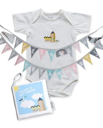 Cadeaupakket Rotterdam met zacht babyboekje, geboorteslinger en soft toy met gratis verzendkosten en korting | NOOX City Kids