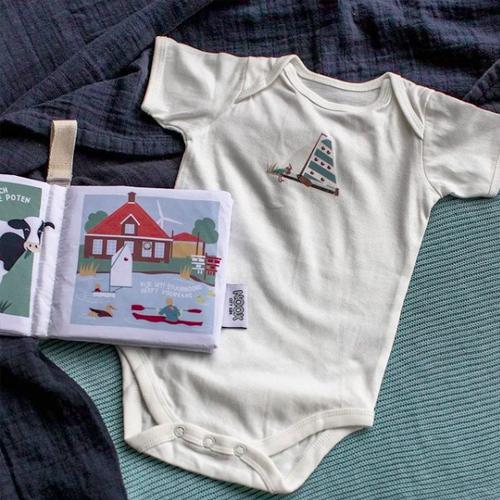 Zacht babyboekje en romper Friesland | NOOX City Kids