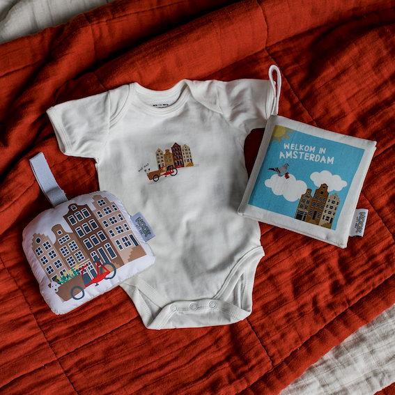 Cadeaupakket Amsterdam met zacht babyboekje, rompertje en soft toy grachtenpandjes | NOOX City Kids
