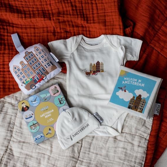 Cadeaupakket Amsterdam met zacht babyboekje, rompertje, babymutsje, memo spel en soft toy grachtenpandjes | NOOX City Kids