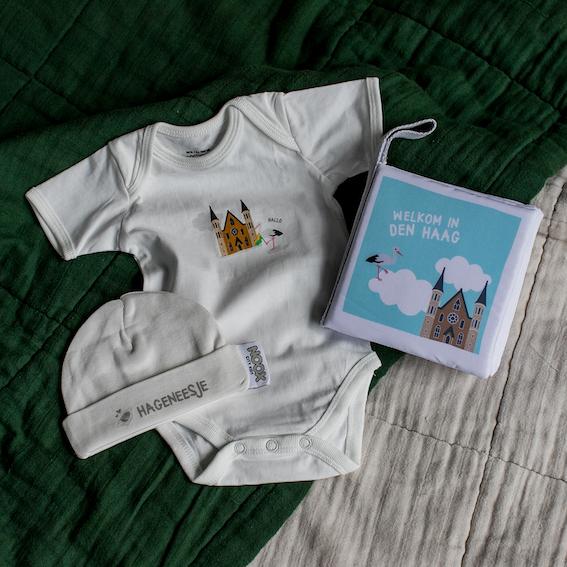 Cadeaupakket Den Haag met zacht babyboekje, rompertje en babymutsje | NOOX City Kids