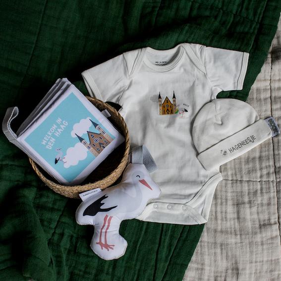 Cadeaupakket Den Haag met zacht babyboekje, rompertje, babymutsje en soft toy ooievaar | NOOX City Kids