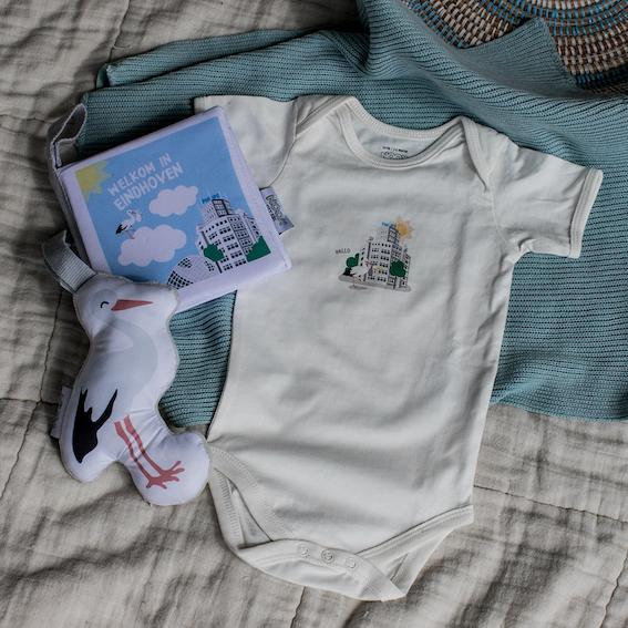 Cadeaupakket Eindhoven met zacht babyboekje, rompertje en soft toy ooievaar | NOOX City Kids