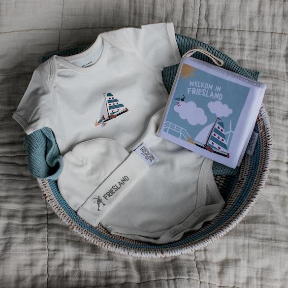 Cadeaupakket Friesland met zacht babyboekje, rompertje en babymutsje | NOOX City Kids