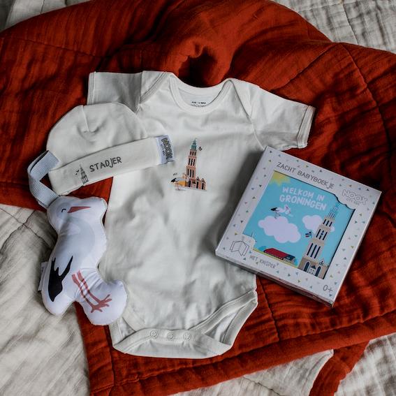 Cadeaupakket Groningen met zacht babyboekjeCadeaupakket Hello World met zacht babyboekje, rompertje, babymutsje en soft toy ooievaar | NOOX City Kids