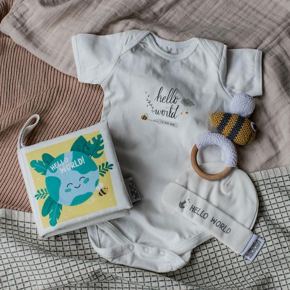 Cadeaupakket Hello World met zacht babyboekje, rompertje, babymutsje en houten crochet toy bij | NOOX City Kids