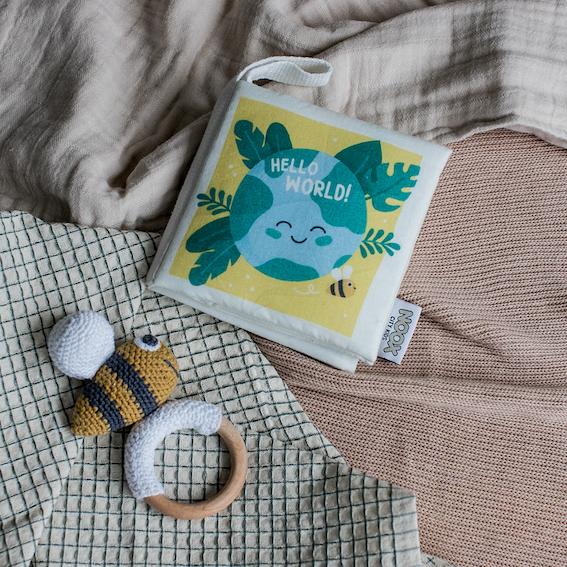 Cadeaupakket Hello World met zacht babyboekje en houten crochet toy bij | NOOX City Kids
