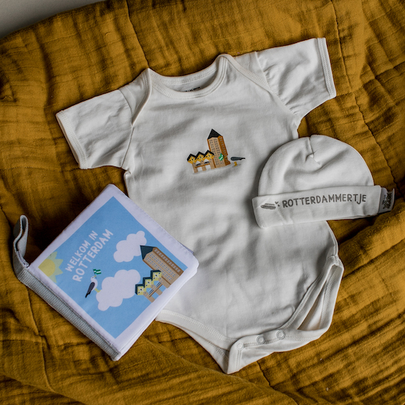 Cadeaupakket Rotterdam met zacht babyboekje, rompertje en babymutsje | NOOX City Kids