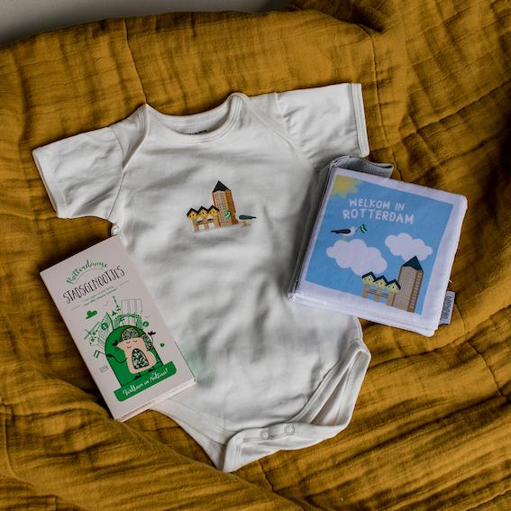 Cadeaupakket Rotterdam met zacht babyboekje, rompertje en stadsgenotes | NOOX City Kids