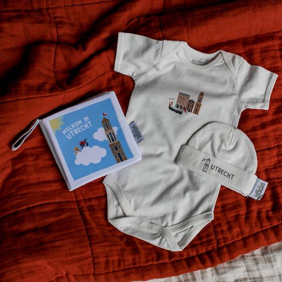 Cadeaupakket Utrecht met zacht babyboekje, rompertje en babymutsje   NOOX City Kids